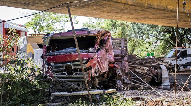 Caminhão cai de Ponte em Tietê
